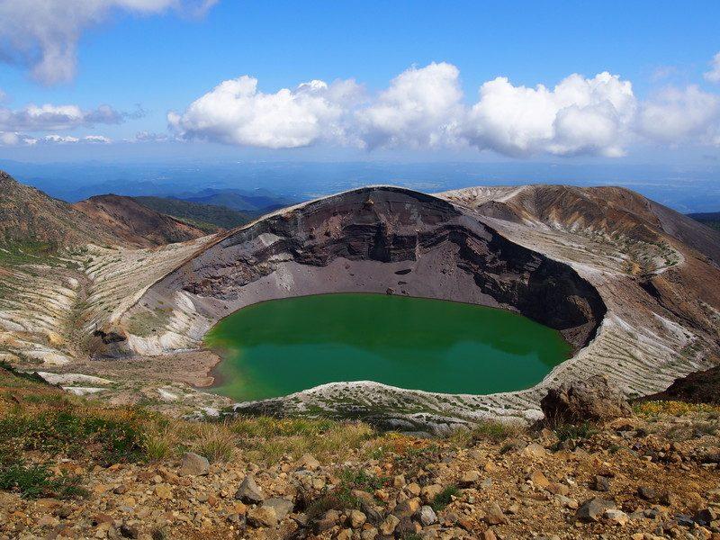 時間は12時ごろで、とても天気が良く、湖が綺麗なエメラルドグリーンに見えています