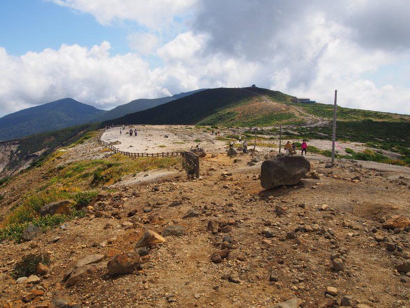 御釜の周りは登山道になっており、観光客以外にも登山者もちらほら見かけました。