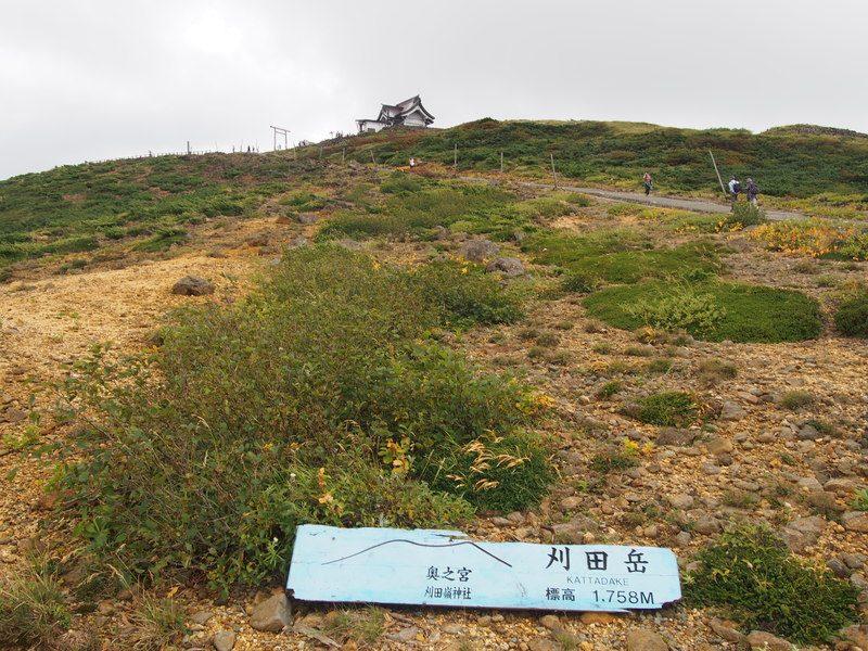 坂道を上ると神社があるようでした