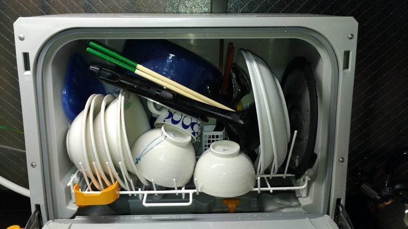 食器を詰め終わった食洗機の様子