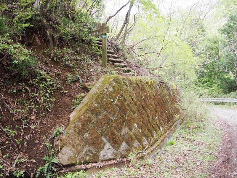 登山道への入り口が突然現れます