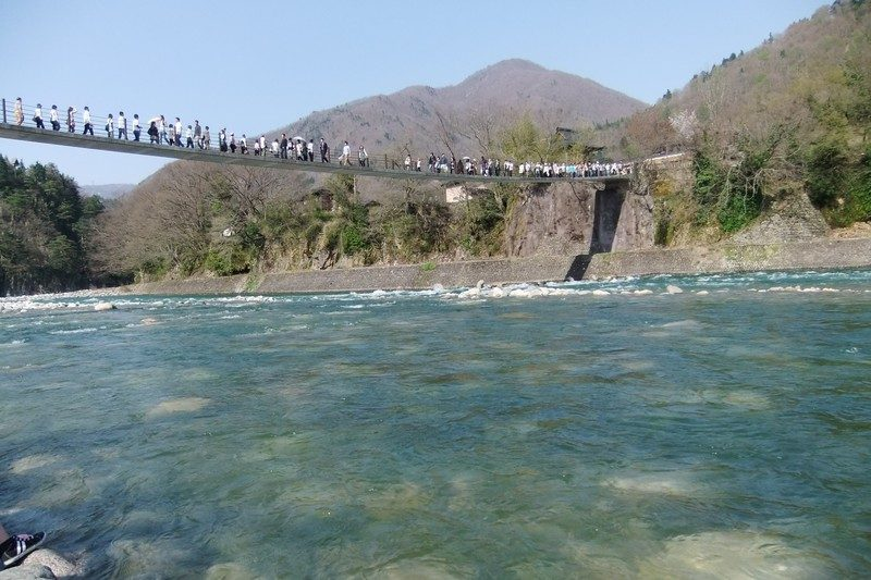 河原から撮影した白川郷へ渡る橋