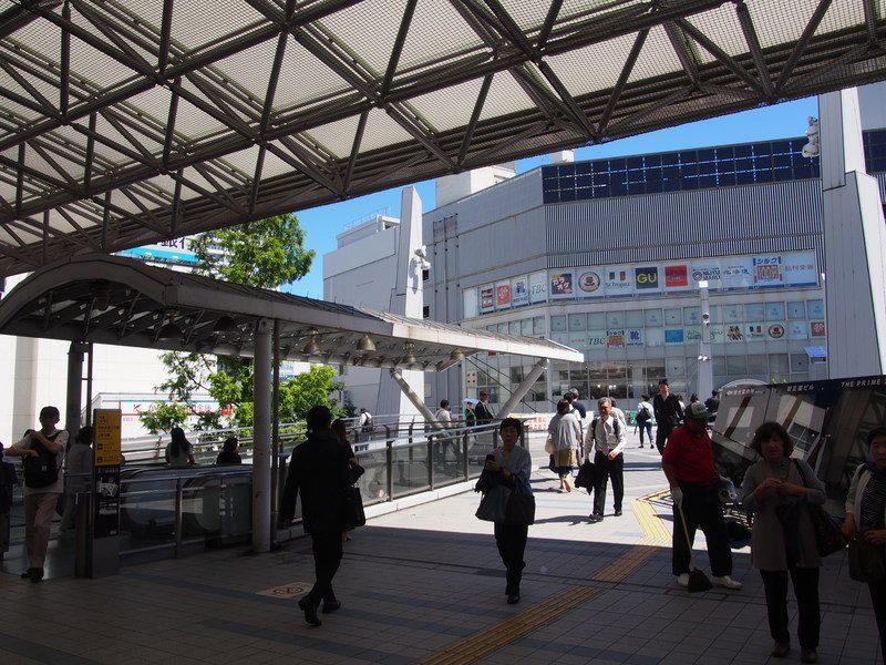 横須賀中央駅は都会的な雰囲気で戦艦とは無縁な雰囲気