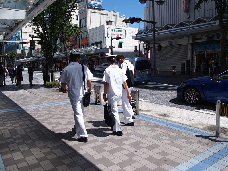 道端を水兵さんのような服を着て歩いている人が目に入ると、なんだかわくわくしてきました。