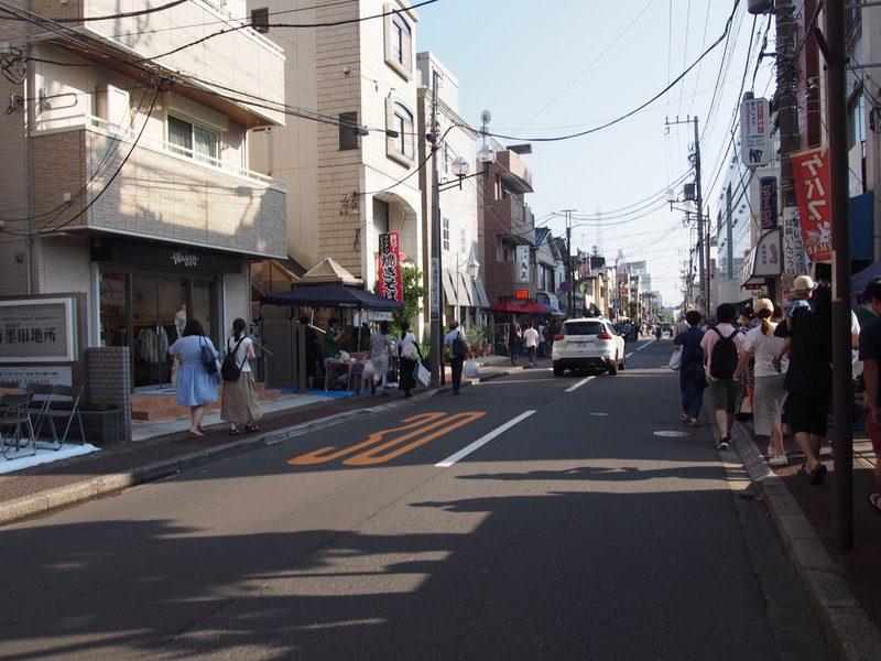 市川駅の南口を出ると花火会場へ向かう人の流れができているので、流れに乗って進みます。
