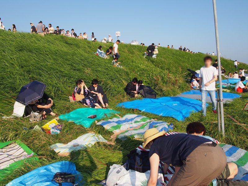 通路から何から主だったところは取られているようでしたが、草むらをなぎ倒して無理やりレジャーシートをしいている人もいたので、頑張ればまだ場所は残っているようでした。
