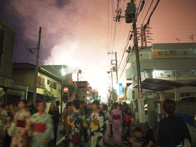道中、振り返ると花火が見えますが、風下なこともあり、見えてもいまいちなので早く駅に向かいましょう。