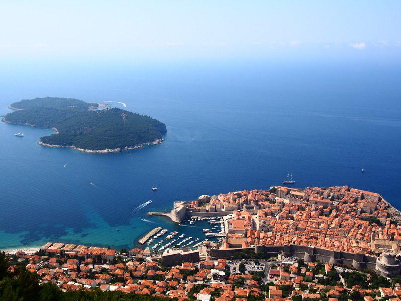 スルジ山山頂から見えるドブロブニク市街とアドリア海