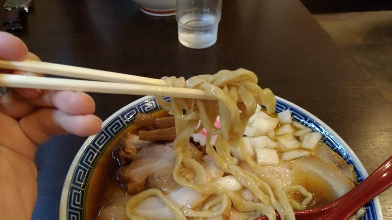 志村三丁目のラーメン屋「アイオイ」の煮干しラーメンの麺は自家製太麺。