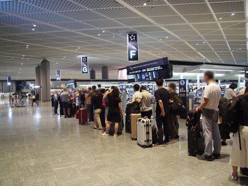 トルコ航空チェックインカウンターには長蛇の列ができていました。