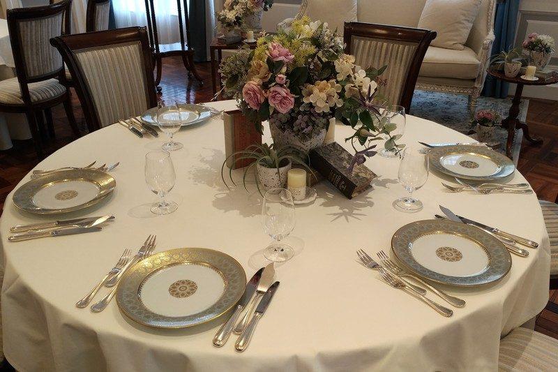 メインテーブルもホワイトが基調で、お皿や食器がシルバーというシャープな色合い。