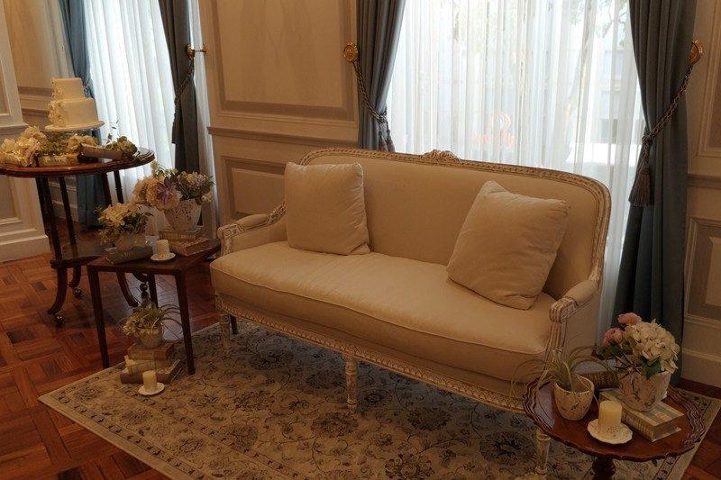 新郎新婦が座るメインテーブルの椅子。 固めでしっかりと姿勢を支えてくれそうでした。