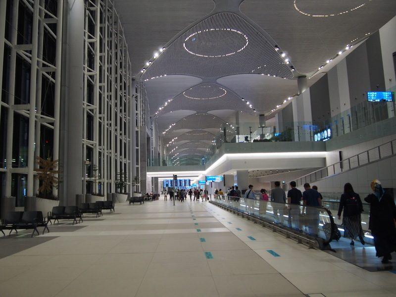 イスタンブール空港で乗り継ぎ。ロビーがとても広く、空港の大きさがうかがえます。