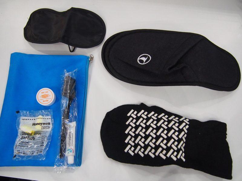 ターキッシュエアラインズの機内の座席には、スリッパやアイマスク、耳栓に歯ブラシなどの快適フライトグッズ一式が配られていました。