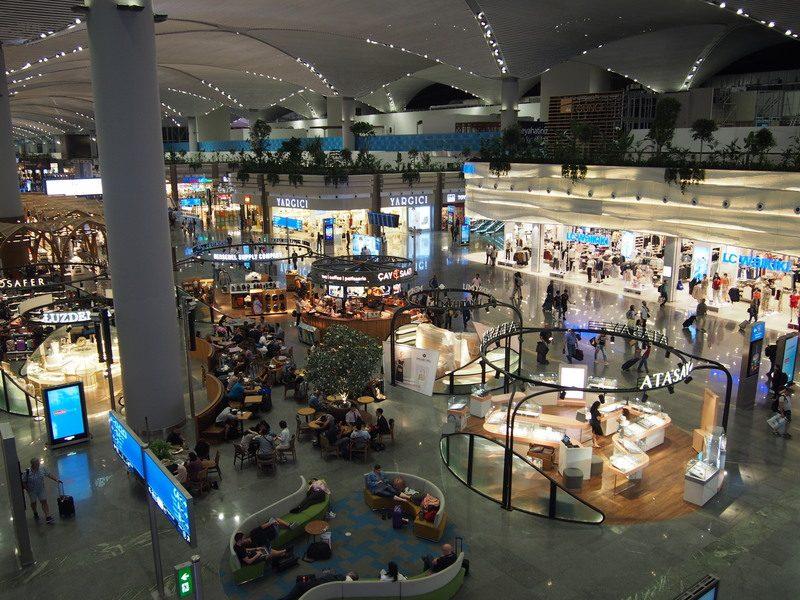 巨大できらびやかなイスタンブール空港のロビーを2Fから撮ると豪華ホテルか何かにいるみたい