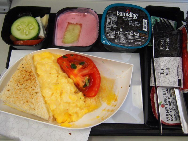 イスタンブール空港からリュブリャナ空港へ向かう飛行機の機内食