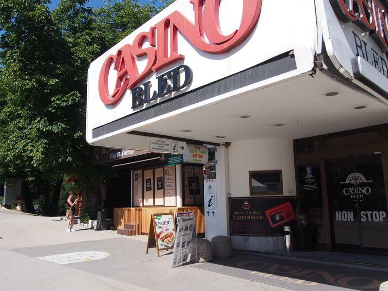 TIC Bledの目印になる大きなCASINOの看板。下の方にインフォメーションセンターのマークがあります。