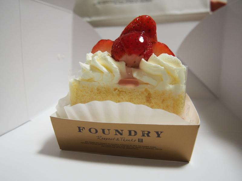FOUNDRYの絶品ケーキ、初摘みかおりの苺と阿寒酪農家のショートケーキはつやつやのイチゴが特徴
