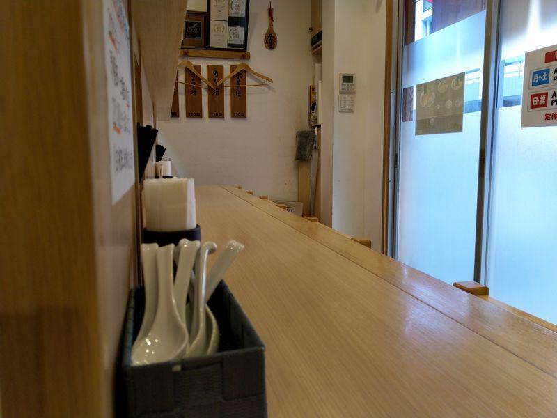 日暮里のしょうがラーメンが絶品のラーメン屋「羽鳥」の店内は明るく清潔感がありました。