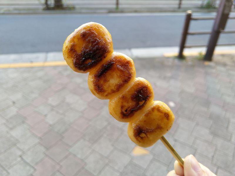 焼き団子は、みたらしではなく生醤油です。 醤油の味をはっきりと感じる焼き団子は、きつね色が強い部分もあって、香ばしいです。