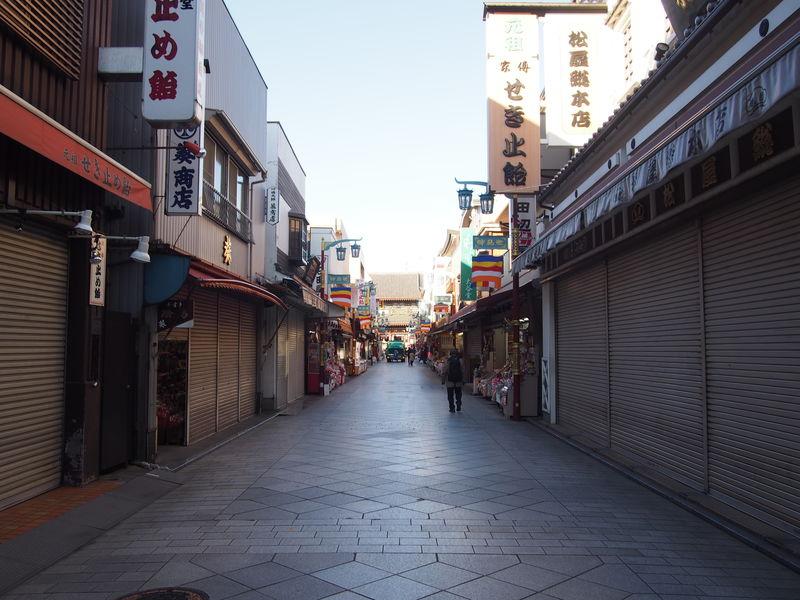 朝8時ということもあって、さすがにまだお店はほとんど開いていませんでした。