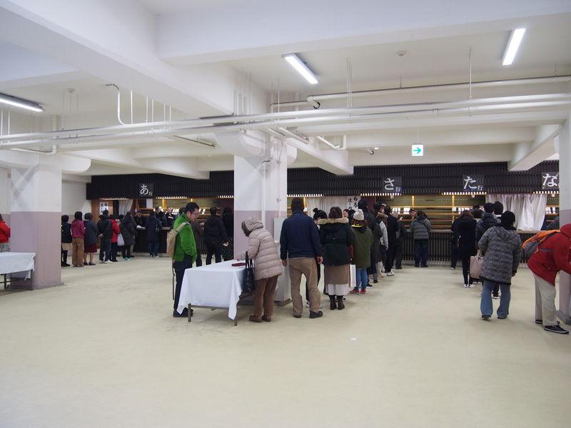 護摩札交換所では、あいうえお順に並ぶ列が決まっています。