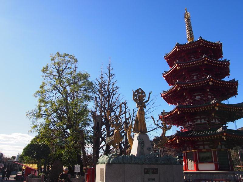 写真は、八角五重塔と、祈りと平和の像。