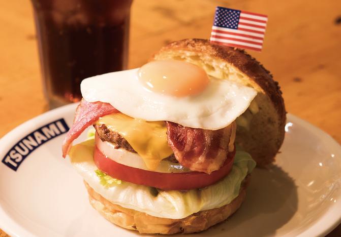 よこすか満喫バーガーセットの内容は、ジョージワシントンバーガー(1,600 円)に、無料でソフトドリンクがついてきます。