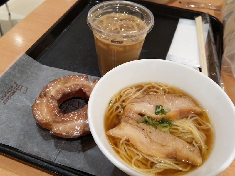 飲茶セットで厚切り肉そばと、アイスカフェオレ、オールドファッションハニーを頼みました。