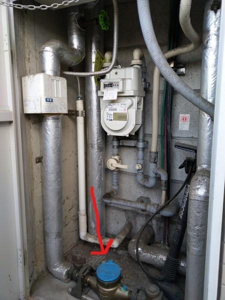賃貸の場合、水道メーターや元栓、ガスメーターなどが入っている扉が、玄関のすぐ近くにあると思います。