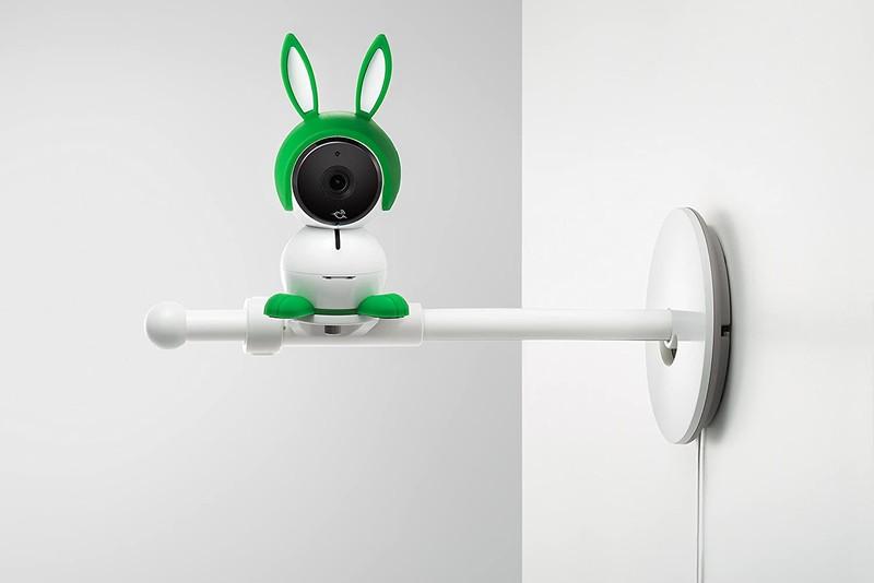 リアルタイムで赤ちゃんの様子を見守れるベビーカメラ「Arlo Baby(アーロベビー)」で専用スタンドを使用した様子2