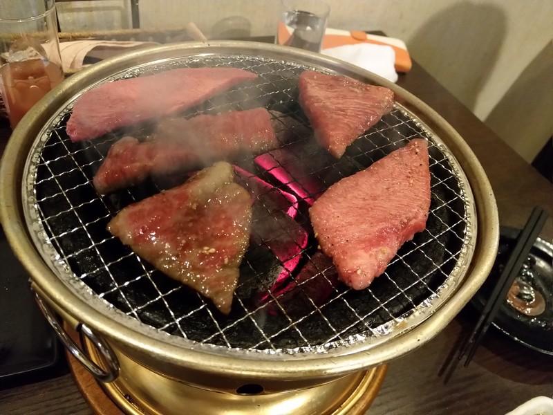 尻手の炭火焼肉屋「亀」で、カルビを炭火で焼く