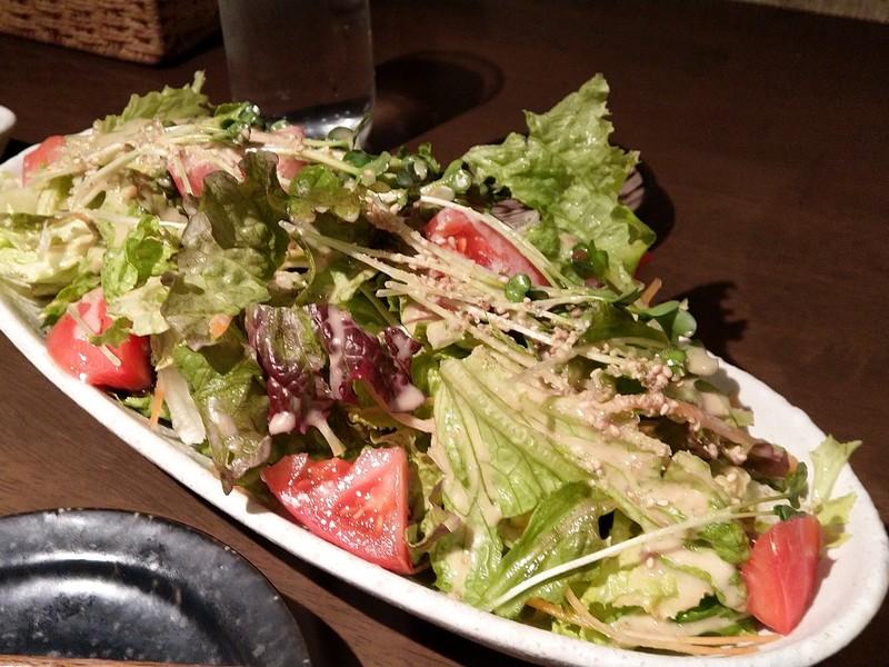 尻手の炭火焼肉屋「亀」の特製サラダ(639円)。