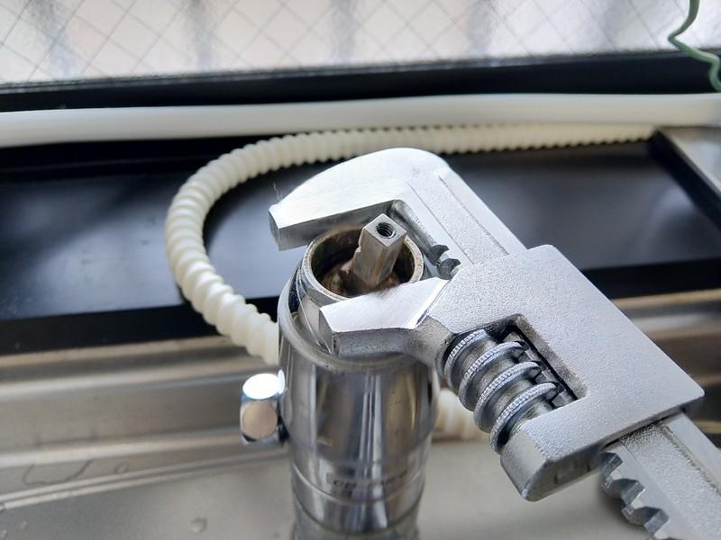 水道のカバーナットはモーターレンチで反時計回りに回すと外れます