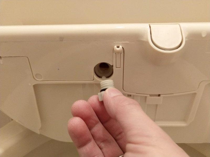 本体底面にあるタンク水抜栓が外れた様子