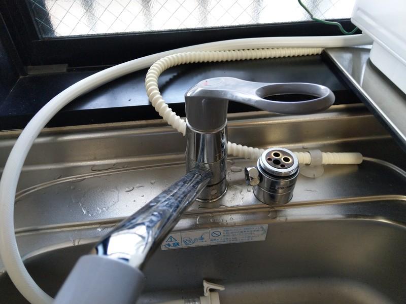 取り外した時の逆の手順で、ネジと蓋を閉めたらレバーハンドル取り付け完了です。