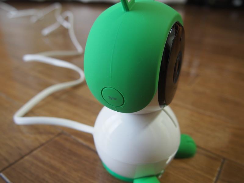 Arlo BabyのSyncボタンは正面向かって左頬についています。