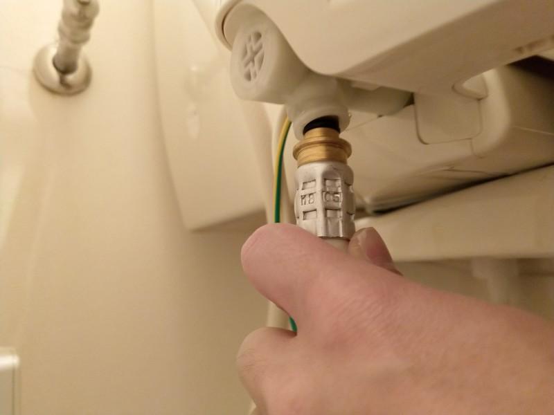 給水ホースの本体への取り付けは、先端にOリングという黒い輪がついていることを確認して、本体接続口に差し込みます。