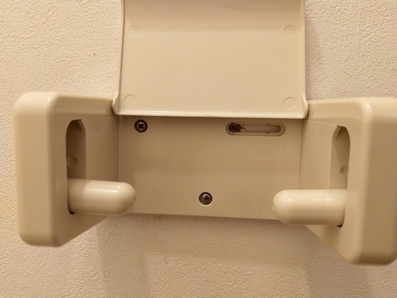 トイレットペーパーを固定するホルダーを取り外します。