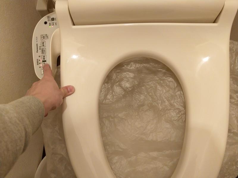 温水ボタンを押して、袋の上から手をあてて、温水が出てくることを確認します。