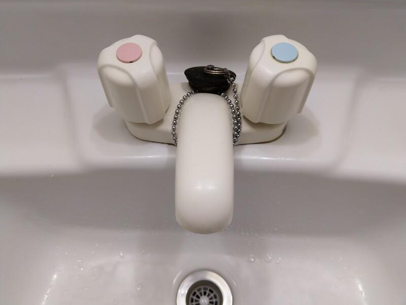 交換前の洗面所の水栓「KM66CNSW」。