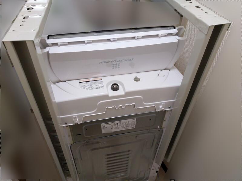 左右の柱を洗濯機に取り付けた状態。
