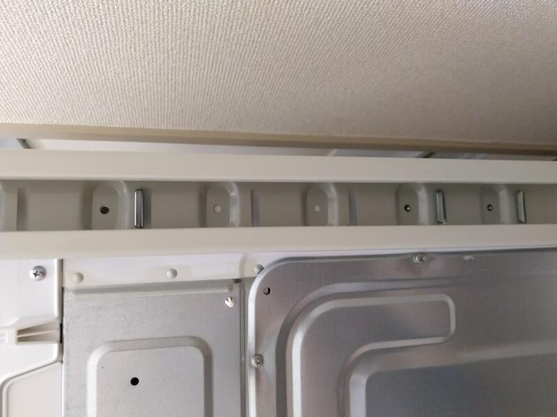 一番低い位置で柱を固定する場合は、洗濯機の一番上の固定金具に、柱の一番上の角穴を引っ掛けます。