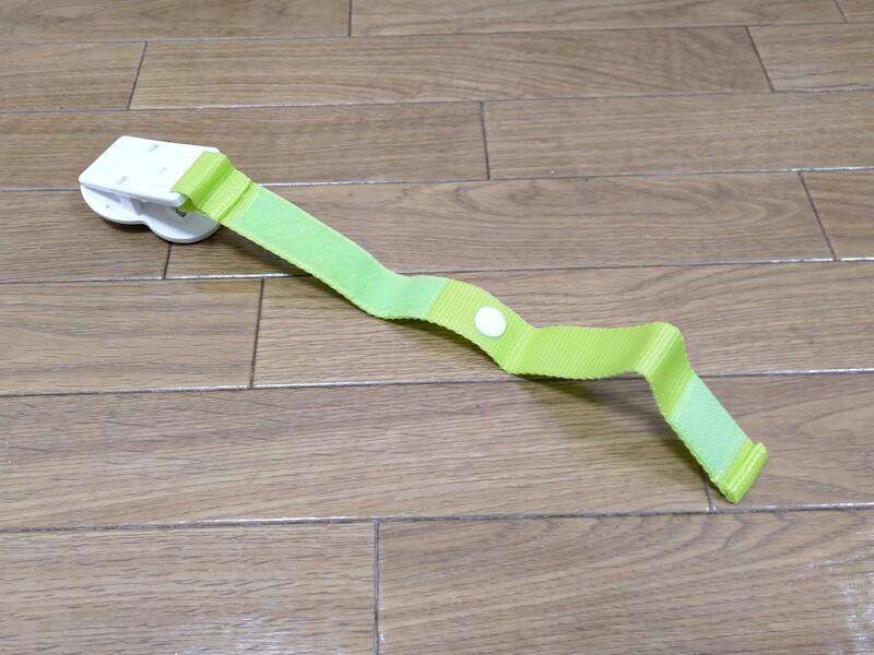 取り付けは簡単、裏面がマジックテープになっているので、ベビーカーのパイプに挟むだけ。