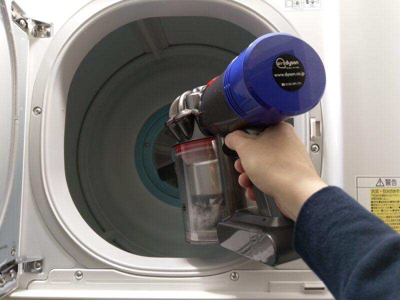 バックフィルターのほこりもスティッククリーナーで掃除します。