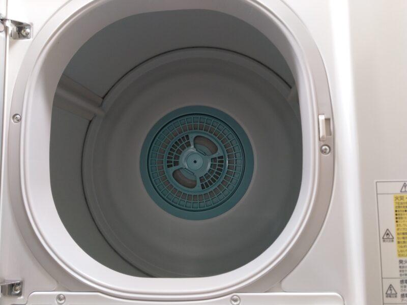 乾燥機のフィルターは、扉を開けた奥にあります。